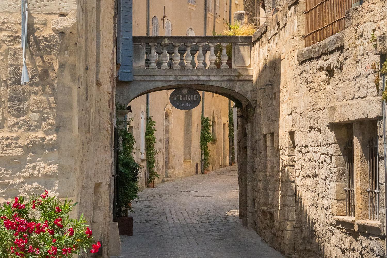 Uzès_ruelle-typique-du-centre-historique